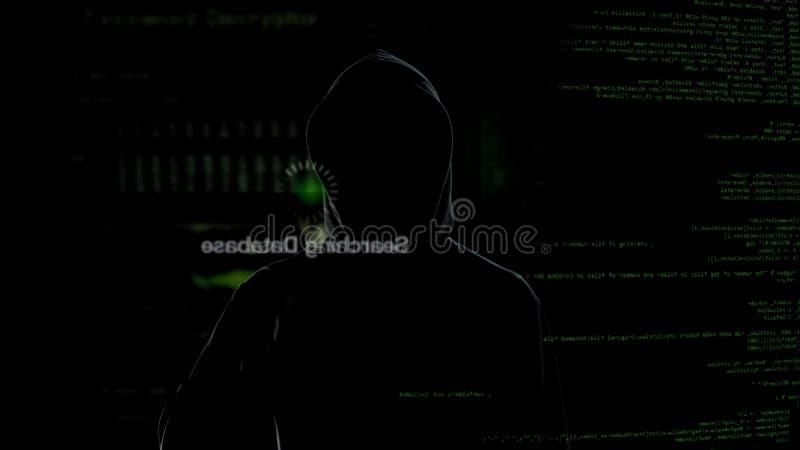 Ανώνυμος χάκερ που εξετάζει την εικονική οθόνη, stealing μυστικά στοιχεία, cyber έγκλημα στοκ φωτογραφία με δικαίωμα ελεύθερης χρήσης