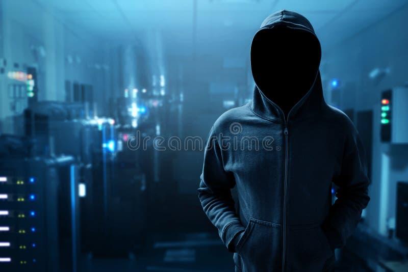 Ανώνυμος χάκερ στο δωμάτιο κεντρικών υπολογιστών στοκ εικόνα με δικαίωμα ελεύθερης χρήσης