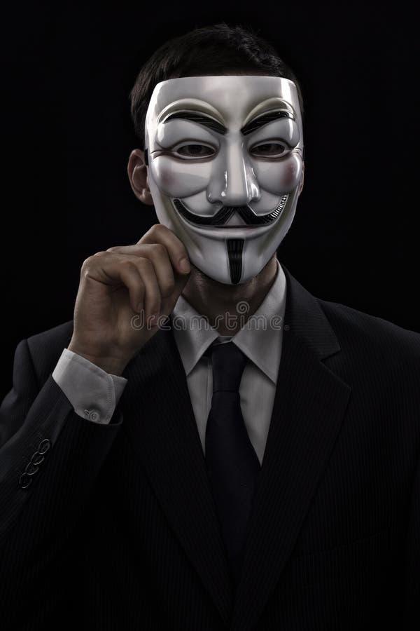 Ανώνυμο άτομο που φορά μια μάσκα στοκ εικόνες