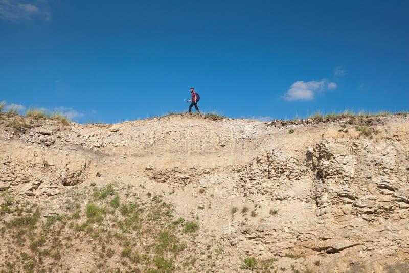 Ανώνυμο άτομο στην άκρη του απότομου βράχου στοκ εικόνες