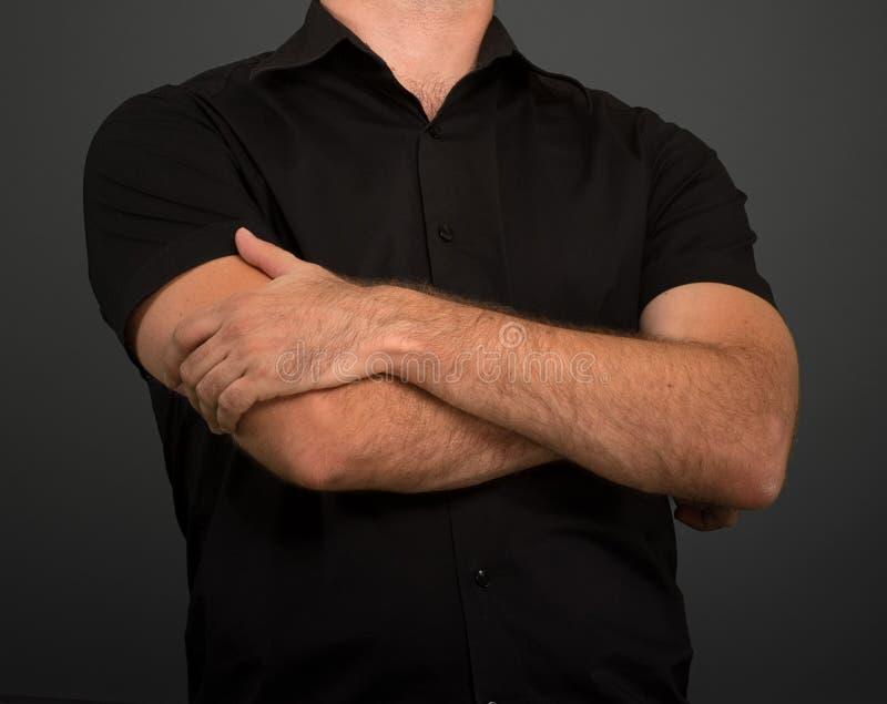 Ανώνυμο άτομο στο μαύρο πουκάμισο στοκ φωτογραφίες