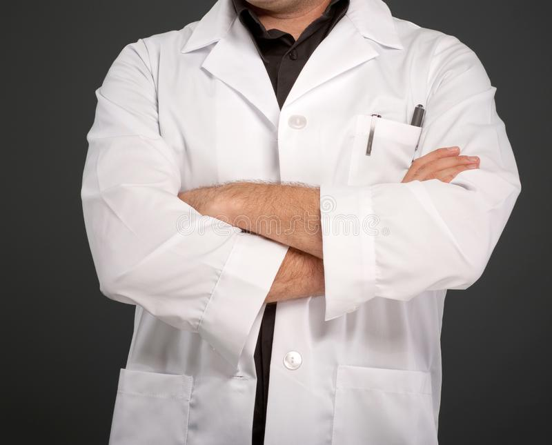 Ανώνυμο άτομο στο παλτό εργαστηρίων στοκ φωτογραφία