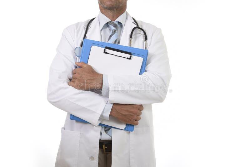 Ανώνυμο εταιρικό πορτρέτο του βέβαιου αρσενικού γιατρού ιατρικής με την περιοχή αποκομμάτων εκμετάλλευσης στηθοσκοπίων στοκ εικόνες με δικαίωμα ελεύθερης χρήσης