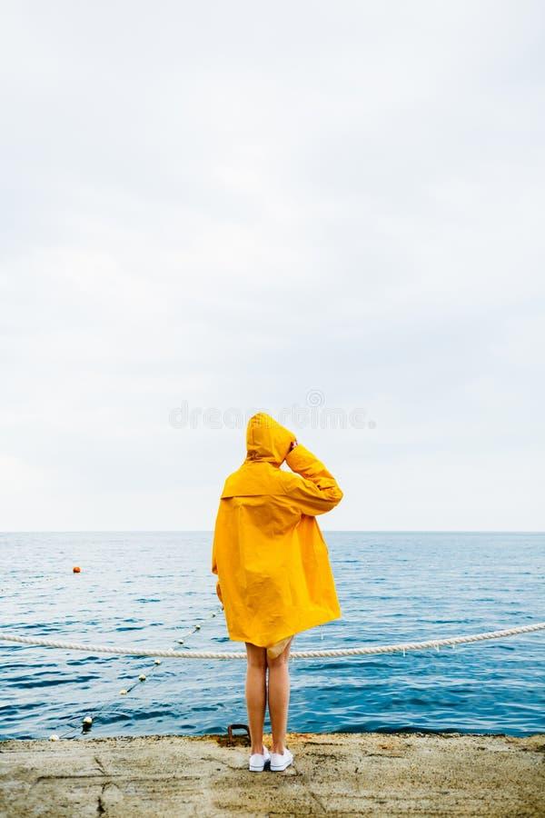 Ανώνυμο κορίτσι στην προκυμαία στοκ φωτογραφίες