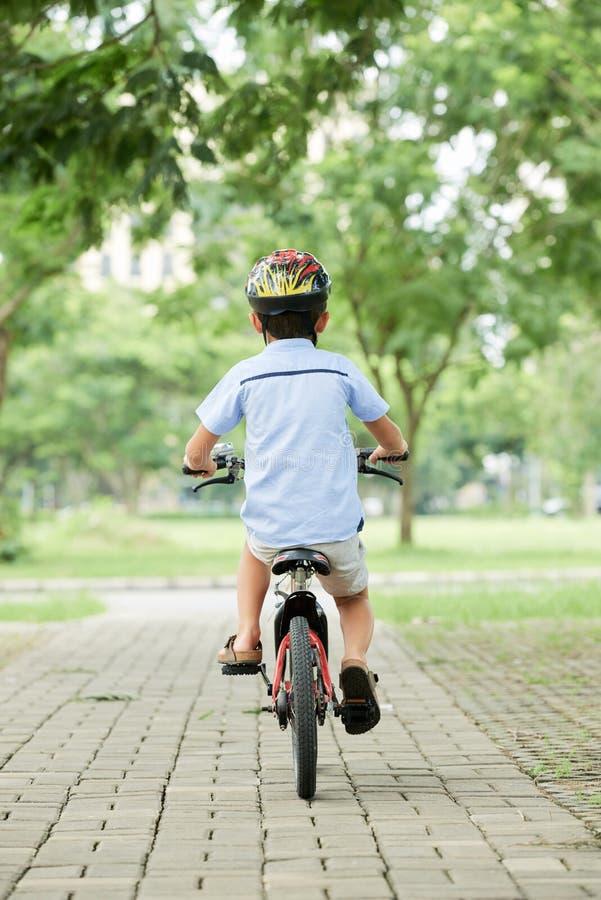 Ανώνυμο οδηγώντας ποδήλατο αγοριών στοκ εικόνα με δικαίωμα ελεύθερης χρήσης
