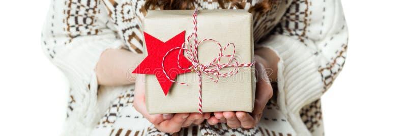 Ανώνυμο τυλιγμένο Χριστούγεννα παρόν εκμετάλλευσης γυναικών υπέροχα, έμβλημα Χριστουγέννων, που απομονώνεται στοκ φωτογραφία