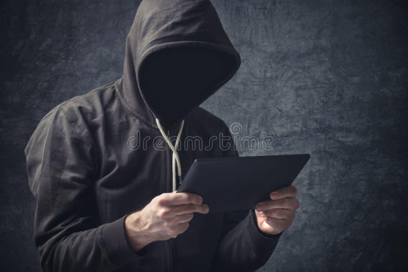 Ανώνυμο unrecognizable άτομο με τον ψηφιακό υπολογιστή ταμπλετών στοκ εικόνες