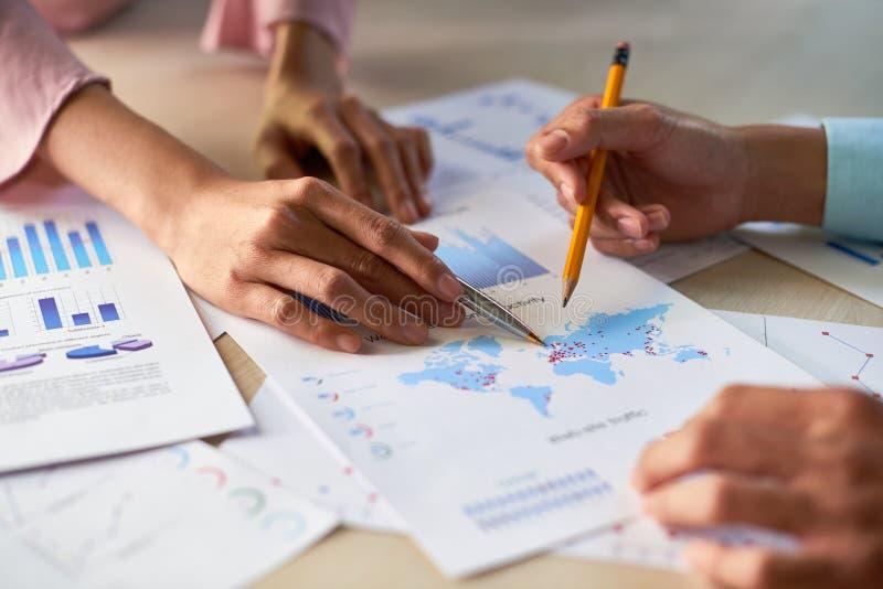 Ανώτατα στελέχη επιχείρησης που συζητούν το διάγραμμα στοκ εικόνες