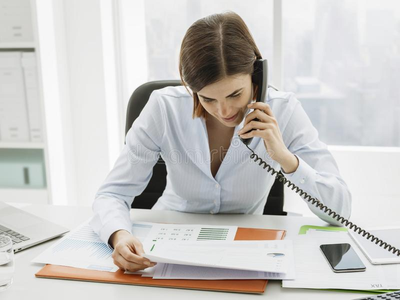 Ανώτατο στέλεχος επιχείρησης που εργάζεται στο γραφείο και που κάνει τα τηλεφωνήματα στοκ εικόνα