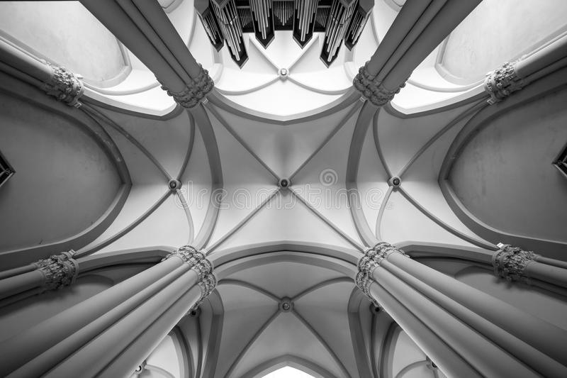 Ανώτατο όριο αψίδων Υπόγειος θάλαμος εκκλησιών στοκ εικόνες