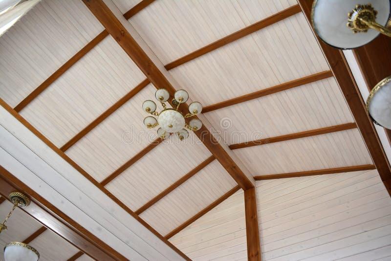 Ανώτατο όριο και δοκοί στο σπίτι φιαγμένο από κολλημένη ξυλεία στοκ φωτογραφίες