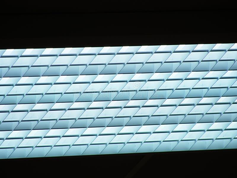 Ανώτατο όριο του κτιρίου γραφείων με τα φω'τα Σπίτι βιομηχανίας με τον μπλε τονισμένο φωτισμό στοκ εικόνες