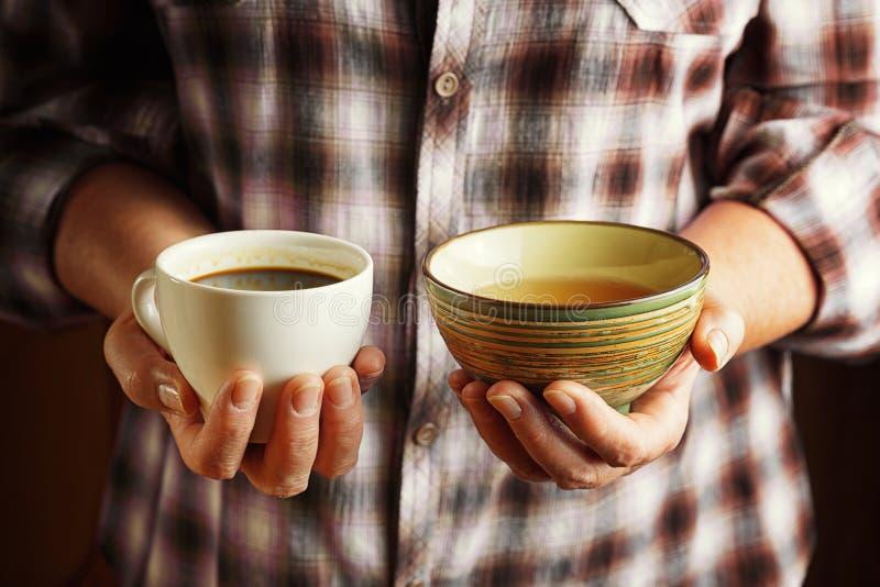 Ανώτερα φλιτζάνι του καφέ εκμετάλλευσης γυναικών και φλυτζάνι του τσαγιού στοκ φωτογραφία