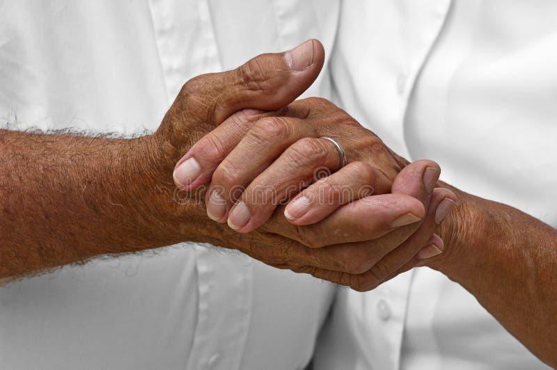 Ανώτερα ώριμα ηλικιωμένα χέρια εκμετάλλευσης ζεύγους, αγάπη στοκ φωτογραφία
