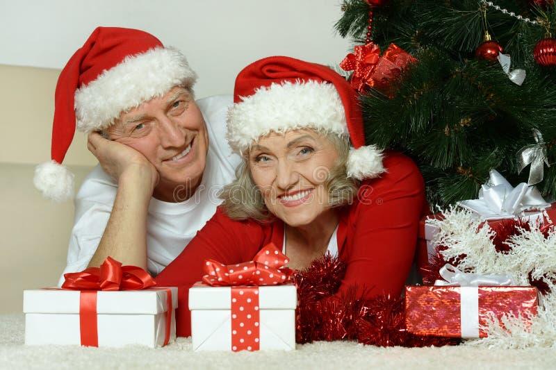 Ανώτερα celibrating Χριστούγεννα ζευγών στοκ εικόνα με δικαίωμα ελεύθερης χρήσης