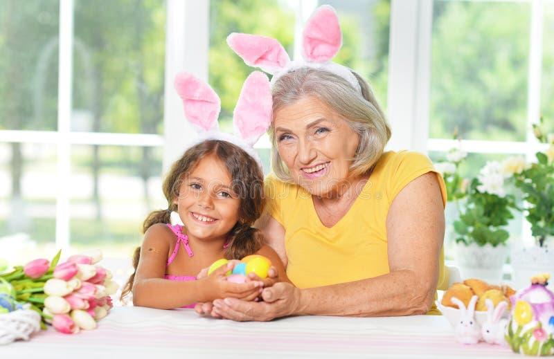 Ανώτερες γιαγιά και εγγονή με τα αυγά Πάσχας στοκ φωτογραφίες με δικαίωμα ελεύθερης χρήσης