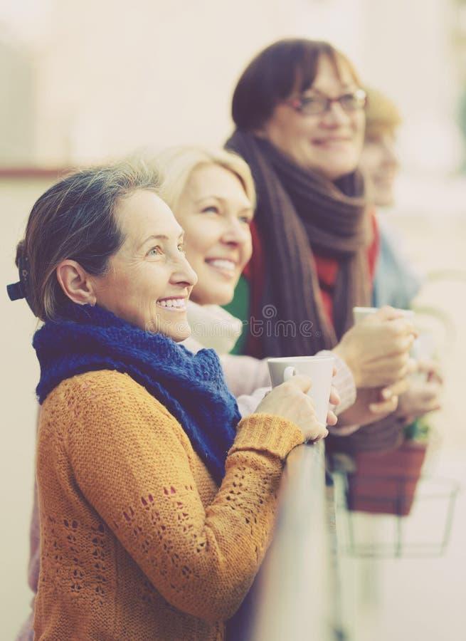 Ανώτερες γυναίκες που πίνουν το τσάι στο μπαλκόνι στοκ φωτογραφία