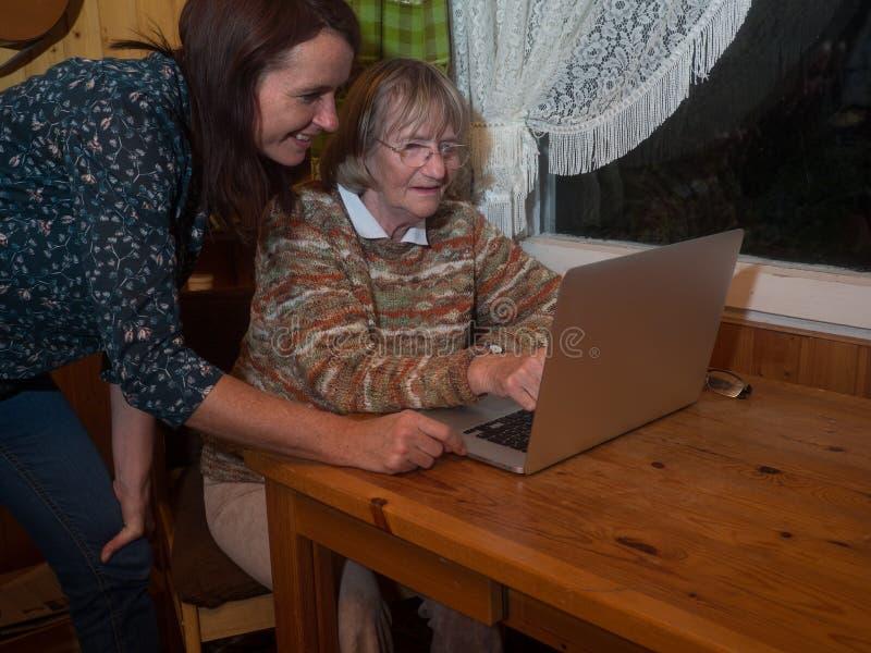 Ανώτερες και ώριμες γυναίκες που χρησιμοποιούν ένα lap-top στοκ εικόνα με δικαίωμα ελεύθερης χρήσης