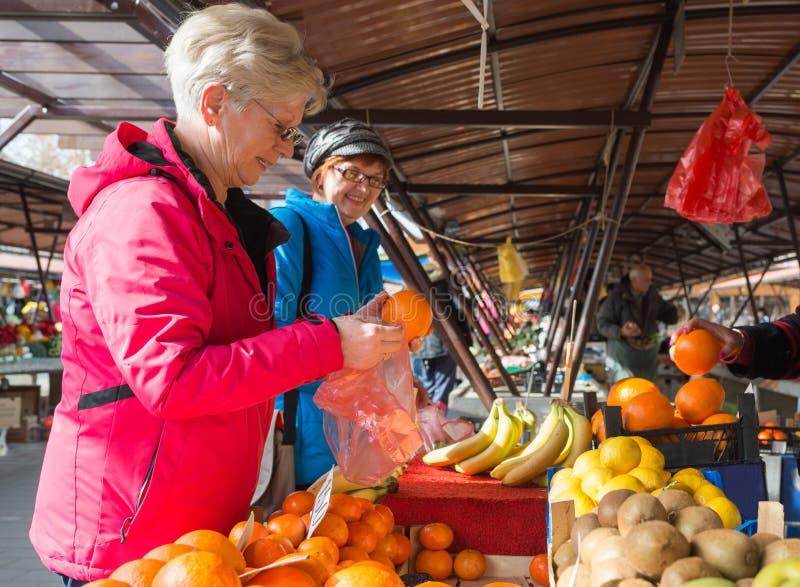 Ανώτερες κυρίες στην αγορά στοκ φωτογραφία