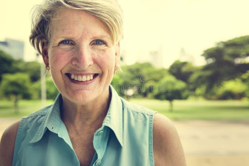 Ανώτερη έννοια ευτυχίας τρόπου ζωής χαμόγελου γυναικών στοκ φωτογραφίες