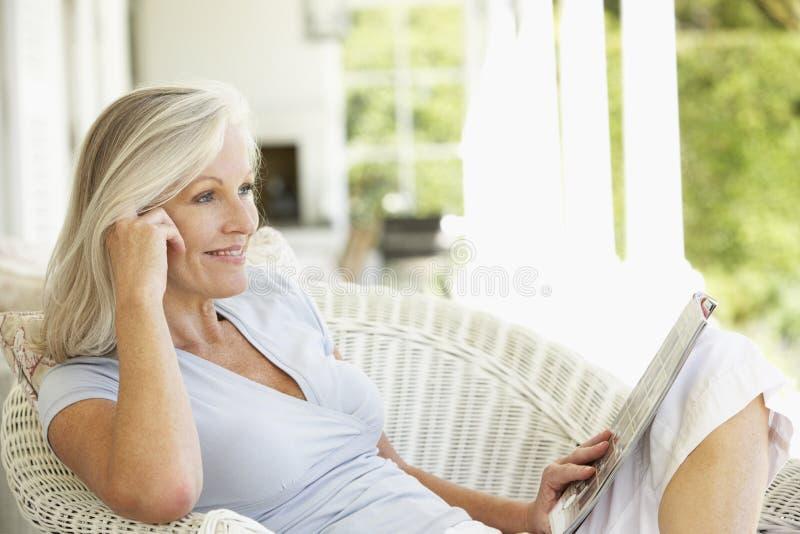 Ανώτερη ανάγνωση γυναικών έξω στοκ εικόνες