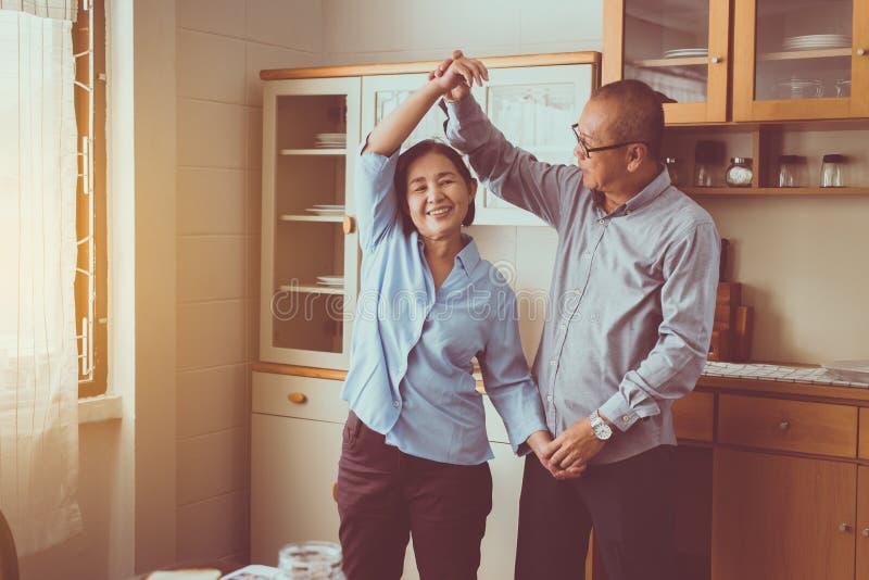 Ανώτερη ασιατική απόλαυση χορού ζευγών στο σπίτι μαζί, έχοντας τη διασκέδαση και την αγάπη ζωντανές για πάντα στοκ φωτογραφίες με δικαίωμα ελεύθερης χρήσης