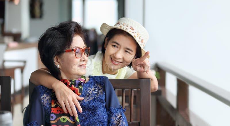 Ανώτερη ασιατική γυναίκα με τη χαλάρωση κορών στις διακοπές στοκ φωτογραφία με δικαίωμα ελεύθερης χρήσης