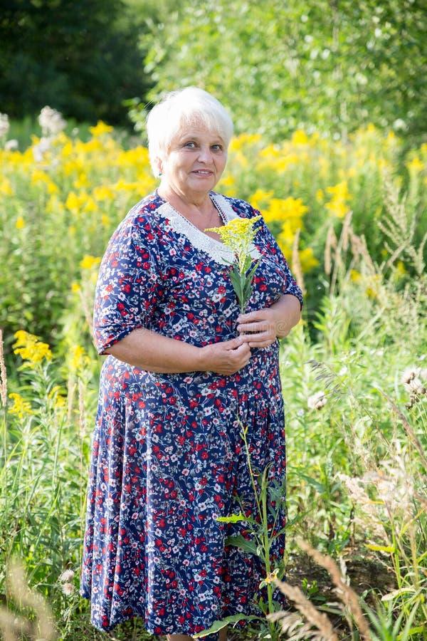 Ανώτερη γιαγιά υπαίθρια στοκ φωτογραφία