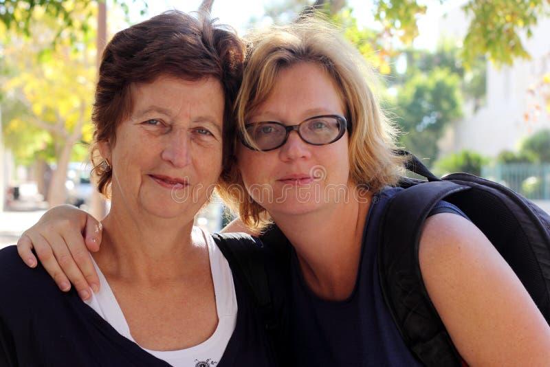 Ανώτερη γυναίκα και η ενήλικη κόρη της στοκ εικόνα με δικαίωμα ελεύθερης χρήσης