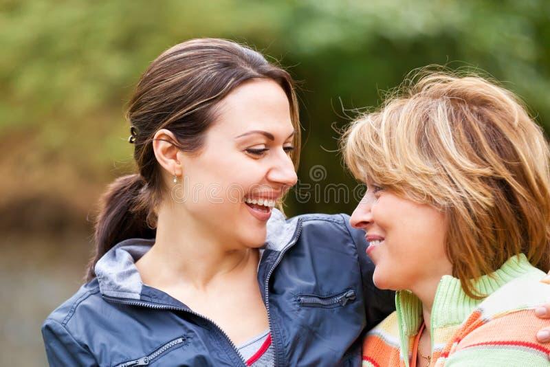 Ανώτερη γυναίκα με την ενήλικη κόρη στοκ φωτογραφία