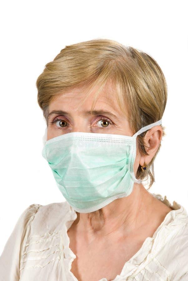 Ανώτερη γυναίκα με την προστατευτική μάσκα στοκ εικόνες