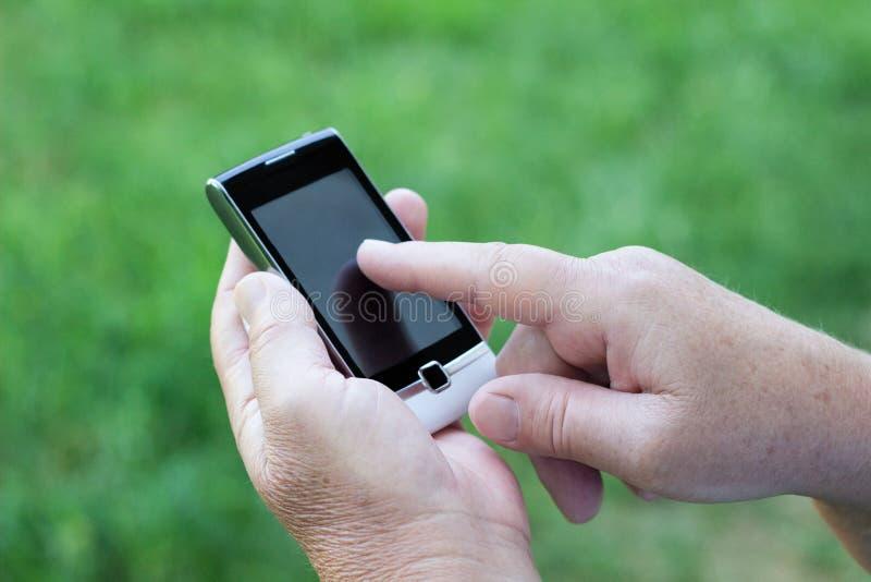 Ανώτερη γυναίκα με το κινητό τηλέφωνο στοκ εικόνα με δικαίωμα ελεύθερης χρήσης