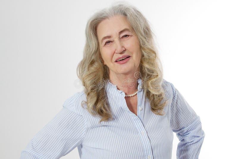 Ανώτερη γυναίκα με το πρόσωπο ρυτίδων που απομονώνεται στο άσπρο υπόβαθρο Ώριμη υγιής κυρία r Τρόπος ζωής και ηλικιωμένος άνθρωπο στοκ εικόνα με δικαίωμα ελεύθερης χρήσης