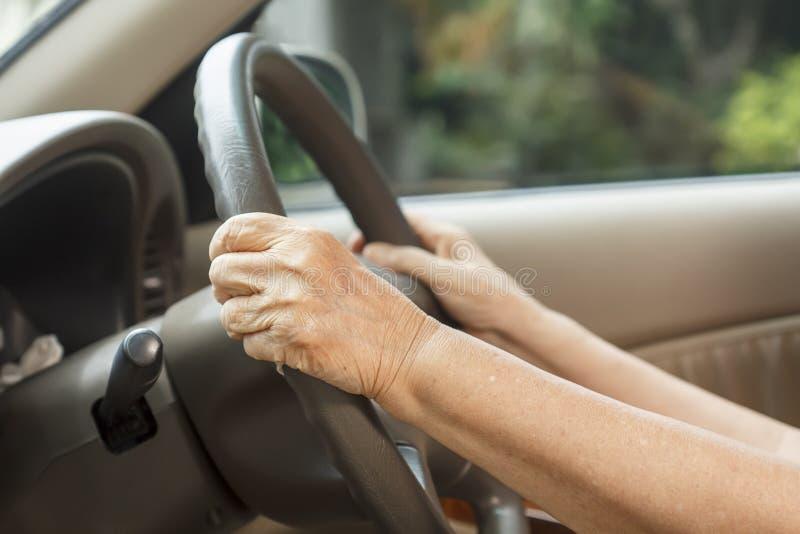 ανώτερη γυναίκα οδήγησης στοκ φωτογραφίες με δικαίωμα ελεύθερης χρήσης