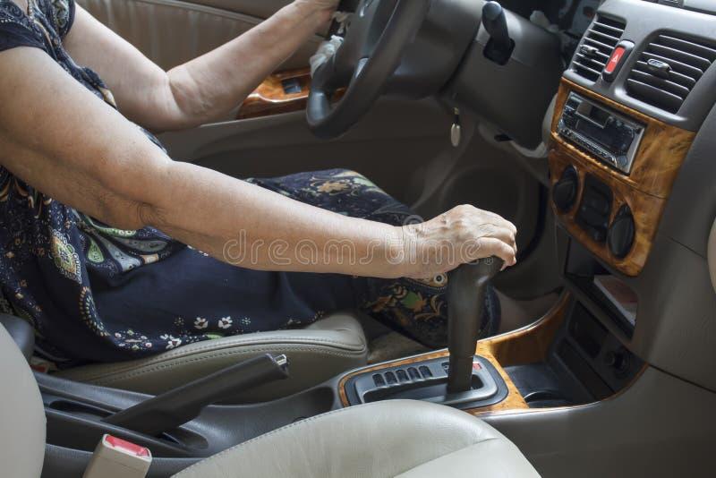 ανώτερη γυναίκα οδήγησης στοκ εικόνες με δικαίωμα ελεύθερης χρήσης