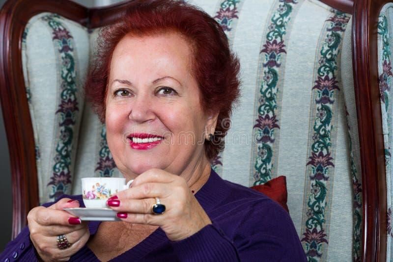 Ανώτερη γυναίκα που έχει τον ισχυρό τουρκικό καφέ στοκ εικόνα