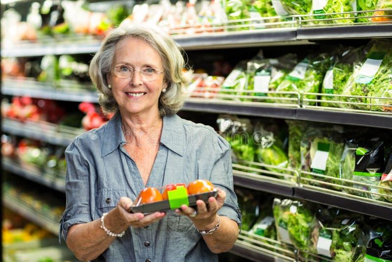 Ανώτερη γυναίκα που διαλέγει μερικά λαχανικά στοκ φωτογραφία