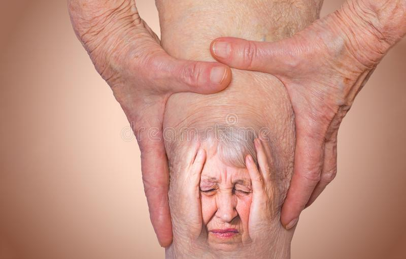 Ανώτερη γυναίκα που κρατά το γόνατο με τον πόνο στοκ εικόνες
