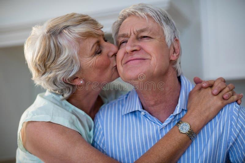 Ανώτερη γυναίκα που φιλά το συνεργάτη της στοκ εικόνες με δικαίωμα ελεύθερης χρήσης