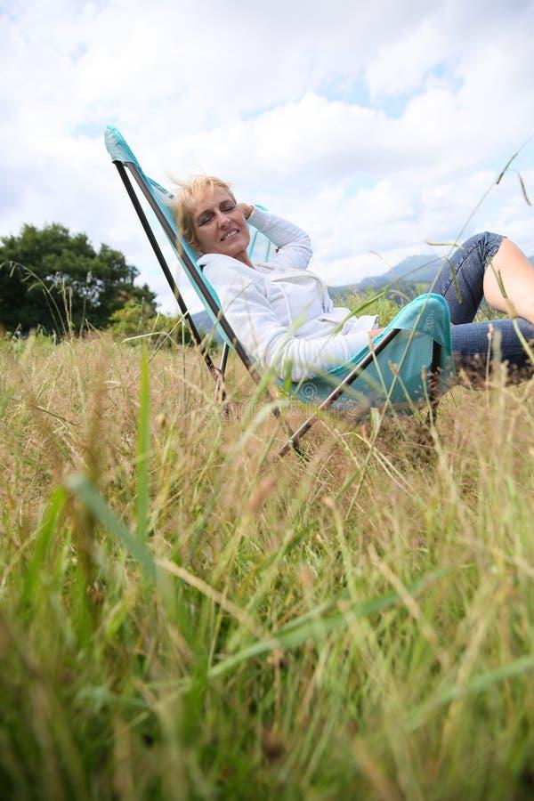 Ανώτερη γυναίκα που χαλαρώνει υπαίθρια στοκ φωτογραφία με δικαίωμα ελεύθερης χρήσης