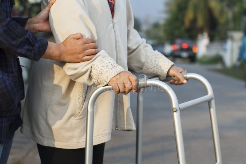 Ανώτερη γυναίκα που χρησιμοποιεί μια διαγώνια οδό περιπατητών στοκ φωτογραφία με δικαίωμα ελεύθερης χρήσης
