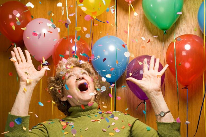 Ανώτερη γυναίκα σε ένα κόμμα στοκ φωτογραφία