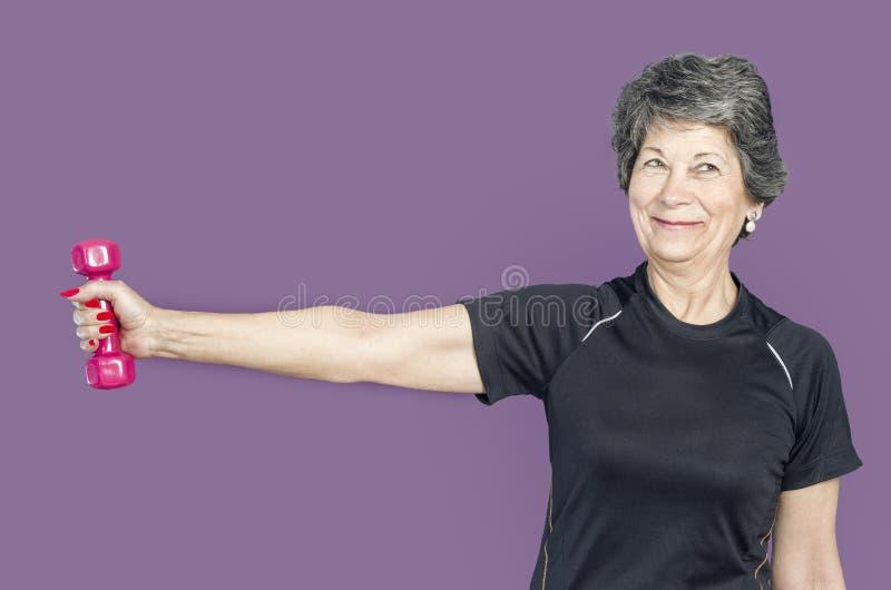 Ανώτερη γυναίκα σε μια κατηγορία γυμναστικής που κάνει τα βάρη ανελκυστήρων άσκησης Pilates στοκ φωτογραφίες με δικαίωμα ελεύθερης χρήσης