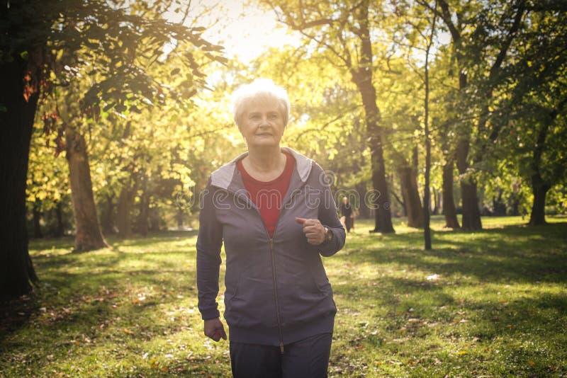 Ανώτερη γυναίκα στον αθλητισμό που ντύνει στο πάρκο στοκ φωτογραφίες με δικαίωμα ελεύθερης χρήσης