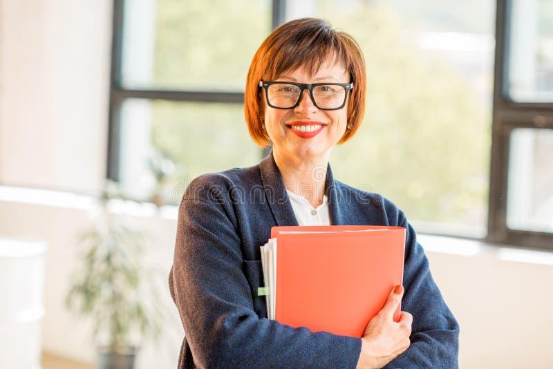 Ανώτερη γυναίκα στο γραφείο στοκ φωτογραφίες
