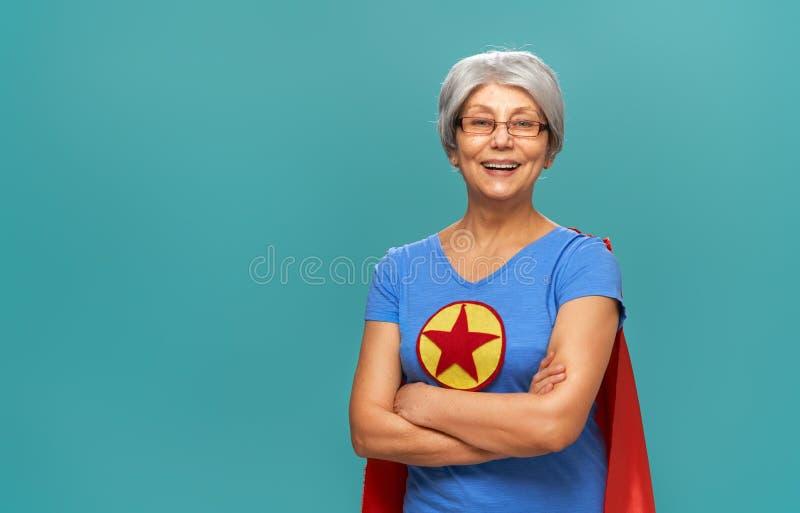 Ανώτερη γυναίκα στο υπόβαθρο κιρκιριών στοκ φωτογραφία με δικαίωμα ελεύθερης χρήσης
