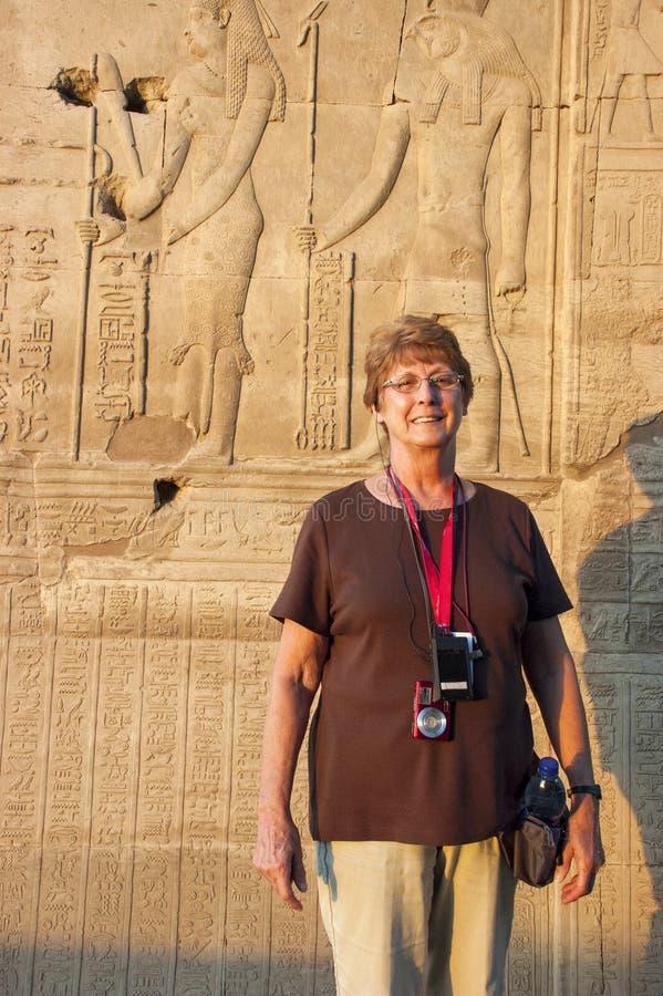 Ανώτερη γυναίκα, ταξίδι αποχώρησης, Αίγυπτος στοκ φωτογραφίες