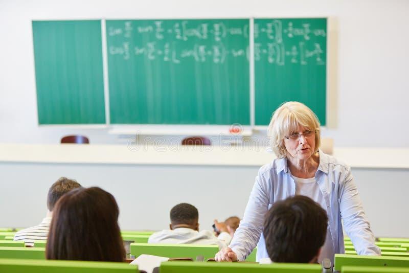 Ανώτερη γυναίκα ως πανεπιστημιακό ομιλητή στοκ εικόνα