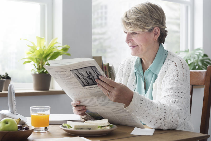 Ανώτερη ενήλικη έννοια ελεύθερου χρόνου εφημερίδων ανάγνωσης στοκ φωτογραφία με δικαίωμα ελεύθερης χρήσης