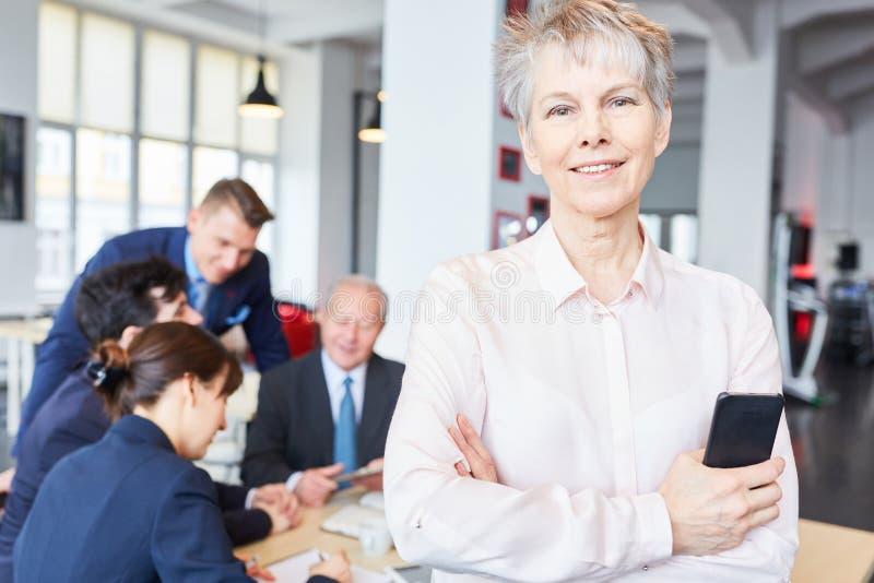 Ανώτερη επιχειρηματίας που στέκεται γεμάτη αυτοπεποίθηση στοκ εικόνες